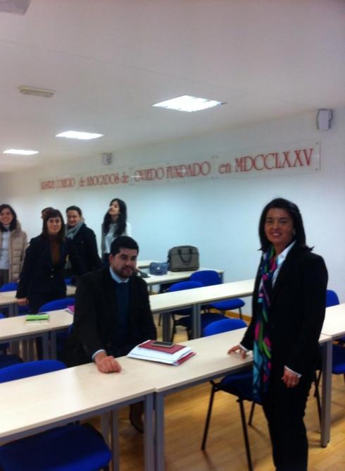 La presidenta de Amele en el curso de Mediación Civil en Oviedo